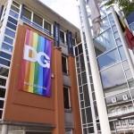 Regenbogenfahne ziert die Fassade des Ministeriums
