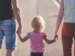 https://pixabay.com/fr/photos/famille-mains-tenant-parents-enfant-1866868/