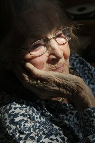 https://pixabay.com/fr/photos/femme-vieux-%C3%A2ge-maison-de-retraite-65675/